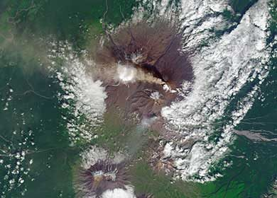The Klyuchevskoy Volcano on the Kamchatka Peninsula of Siberia releasing aerosols into the atmosphere. Courtesy of the NASA Earth Observatory.