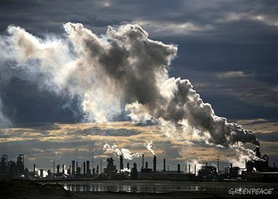 A carbon dioxide producing tar sands upgrader plant. Courtesy of Greenpeace.